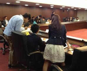 グループに分かれた学生が理事会参加国になりきり、白熱の擬似安保理を展開した