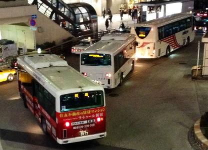 ターミナルを出発する深夜バス