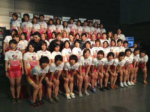シリーズ開幕を前に勢ぞろいした競輪女子。テーマ曲を歌う湘南乃風や石田純一らも応援に駆け付けた