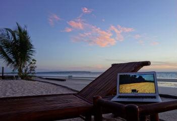 美しい砂浜を臨みながら仕事