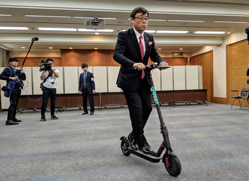 電動キックボードに乗る横瀬町町長の富田能成氏